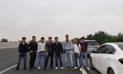 Bức xúc nhóm thanh niên dàn hàng ngang chụp ảnh trên cao tốc Hà Nội - Hải Phòng