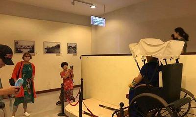 Du khách Trung Quốc vô tư ngồi lên hiện vật bảo tàng chụp ảnh ở Đà Nẵng