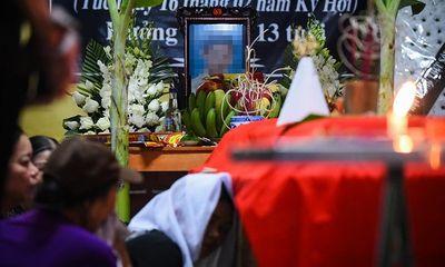 Vụ 8 học sinh chết đuối ở Hòa Bình: Lặng người tiếng khóc thê lương trong con phố hiu hắt vì đại tang