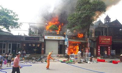 Xưởng sửa ô tô cháy lớn lúc chủ đi vắng, lửa lan sang thiêu rụi cả 2 nhà bên cạnh