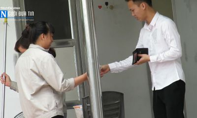 Nhà vệ sinh công cộng Hà Nội: Chủ trương miễn phí, nhân viên thu tiền?