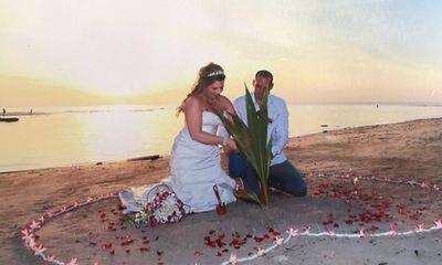 Ngắm pháo hoa lãng mạn bên bờ biển, cô dâu suýt mất chân vì tai nạn hi hữu