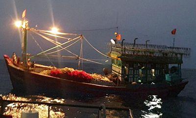 Nghệ An: Đưa tàu cá cùng 16 thuyền viên trôi dạt trên biển vào bờ an toàn