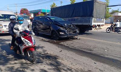 Bạc Liêu: Xe 7 chỗ mất lái tông vào đuôi xe tải đang chờ đèn đỏ