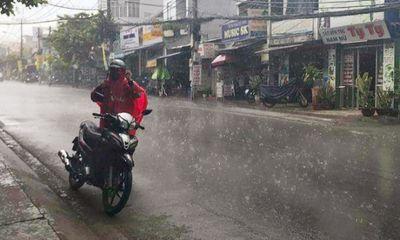 Sau nhiều ngày nắng nóng, TP. Hồ Chí Minh đón mưa