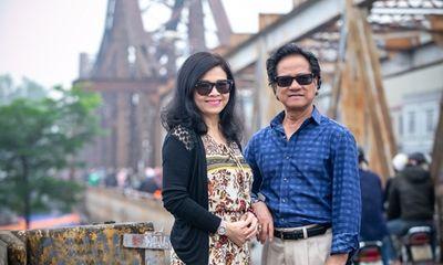 Chế Linh đi dạo phố Hà Nội cùng vợ, tiết lộ về