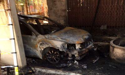 Cháy nhà ngùn ngụt lúc nửa đêm, xe Camry chỉ còn lại khung sắt