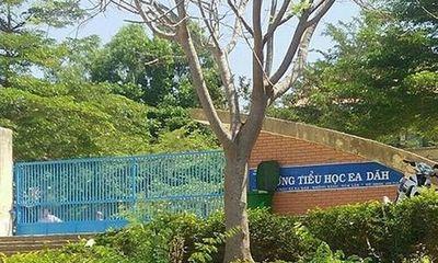 Nữ giáo viên bị tát dép vào mặt ngay trước cổng trường vì nợ nần
