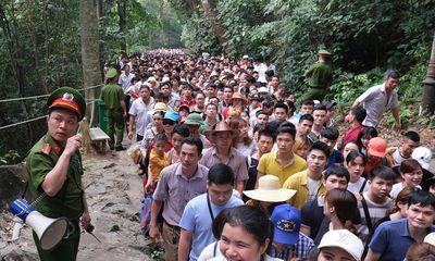Dù chưa đến chính hội, du khách thập phương đổ về đền Hùng đông như mắc cửi