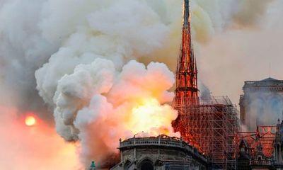 Hỏa hoạn kinh hoàng tại Nhà thờ Đức Bà Paris: Sập đỉnh tháp, toàn bộ mái bị thiêu rụi
