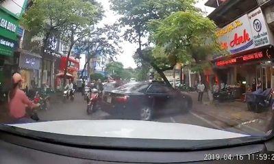 Hà Nội: Đi ngược chiều bị nhắc nhở, tài xế Camry hùng hổ xuống xe gây sự nhận cái kết bất ngờ