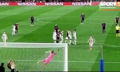 Video: Siêu phẩm sút phạt của Messi trong trận Barcelona - Liverpool nhìn từ khán đài