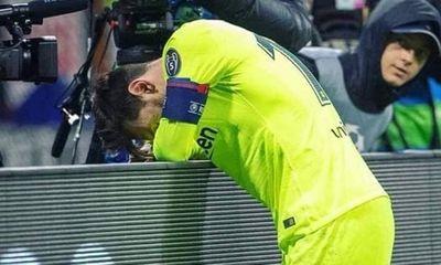 Messi gục ngã vì thất bại cay đắng của Barca trước Liverpool