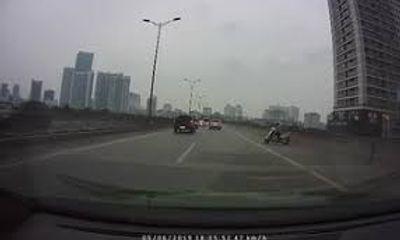 """Video: Hoảng hồn xe """"ninja Lead"""" định đi ngược chiều trên cao tốc"""