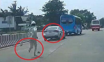 Video: Nhân viên trạm BOT chạy bộ, đánh rơi cả dép khi truy đuổi ô tô trốn vé