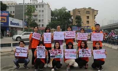 """Hà Nội: Hàng trăm SV xuống đường truyền thông điệp """"nói không"""" với túi nilon"""