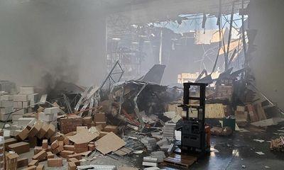 Chiến đấu cơ F-16 mang vũ khí bất ngờ đâm thủng nhà kho gần căn cứ không quân Mỹ