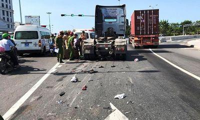 Va chạm xe chạy cùng chiều, nam công nhân chết thảm dưới gầm xe container