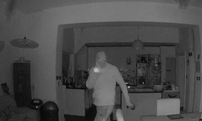 Video: Đột nhập vào nhà khoắng đồ, tên trộm nhìn chằm chằm vào camera an ninh