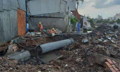 Đang thi công đường ống cống, nam công nhân bị cột điện gãy đè tử vong