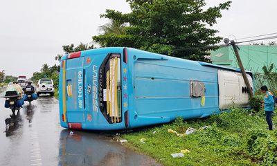 Xe khách lật trong mưa, hành khách hoảng loạn la hét, đập kính chắn gió để thoát thân