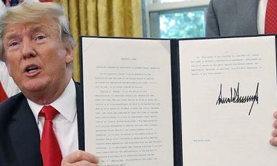 Vị trí chữ ký khác lạ của Tổng thống Trump gây chú ý