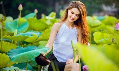 Cận cảnh vẻ đẹp hút hồn của cô gái ngoại quốc thả dáng bên hồ sen gây