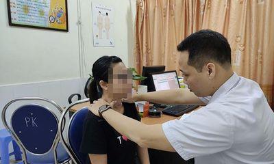 Để thầy lang chữa bướu cổ bằng châm hương và băng keo: Người phụ nữ bị