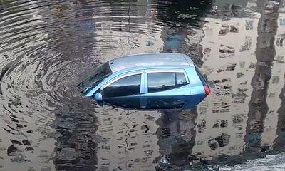 Video: Quên kéo phanh ôtô con phi thẳng xuống sông Tô Lịch