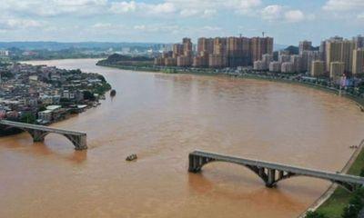 Sập cầu ở Trung Quốc, ô tô rơi xuống dòng nước lũ, chưa tìm thấy nạn nhân mất tích