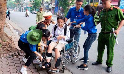 Thi THPT quốc gia 2019: Nữ sinh bị tai nạn phải ngồi xe lăn vẫn tới trường thi
