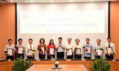 Chủ tịch Hà Nội ký quyết định về nghỉ hưu, bổ nhiệm đối với 10 cán bộ