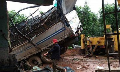 Lâm Đồng: Xe tải tông sập nhà dân trong đêm khi đổ đèo Phú Hiệp
