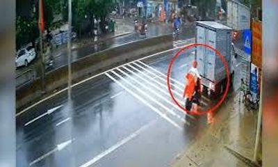 """Video: Bị xe tải lùi trúng, thiếu nữ vẫn """"cố thủ"""" trên xe đạp điện"""