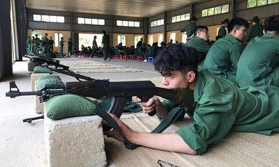 Ảnh chụp trộm hotboy quân sự tập bắn súng khiến chị em truy tìm vì quá nam tính