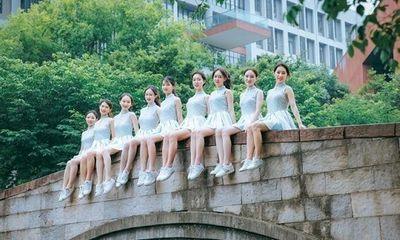 """Sinh viên Trung Quốc chụp ảnh kỷ yếu khoe chân dài miên man, da trắng bóc khiến dân mạng """"phát hờn"""""""