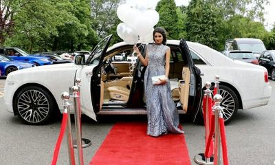 Nữ sinh 16 tuổi thuê Rolls-Royce Ghost đính 4 triệu viên pha lê đến lễ tốt nghiệp