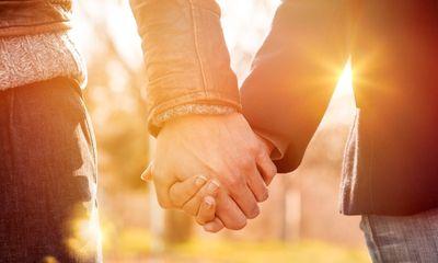 Tình cờ bị chàng trai ngồi cạnh nắm tay, cô gái tìm được người yêu