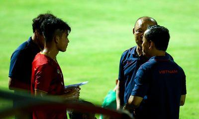 """Phản ứng """"lạ"""" của thầy Park khi U22 Việt Nam không ghi bàn suốt 2 hiệp"""