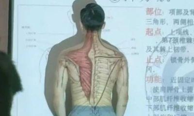 """Thầy giáo cởi áo lấy thân mình minh họa trong tiết Sinh học khiến học trò """"chao đảo"""""""