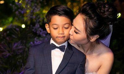 Subeo bẽn lẽn khi được Đàm Thu Trang hôn lên má trong đám cưới