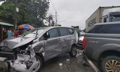 Tin tức tai nạn giao thông mới nhất hôm nay 8/8/2019: 5 xế hộp bị xe container tông trên quốc lộ