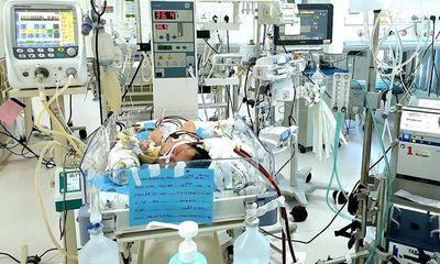 Hít phân su trong bụng mẹ, phổi bé trai sơ sinh tổn thương nặng