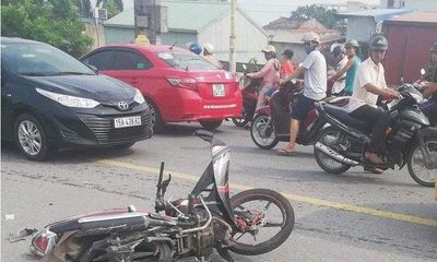 Tin tức tai nạn giao thông mới nhất hôm nay 11/8/2019: Xe buýt chạy lấn làn, tông 2 nam sinh