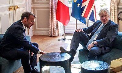 Thủ tướng Anh gây xôn xao vì gác chân lên bàn cà phê điện Elysee