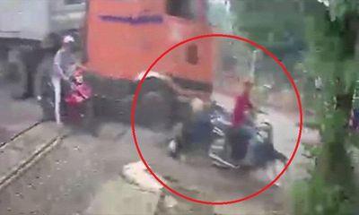 Video: Khoảnh khắc xe container tông hàng loạt xe máy ở Đồng Nai