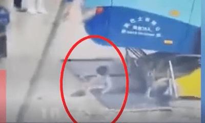 Video: Xe buýt mất lái đâm thẳng vào khu vực chờ của hành khách, bé gái thoát chết thần kỳ