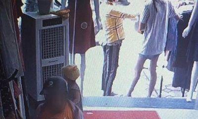 Clip: Mẹ giả vờ xem đồ để con nhỏ vào quầy trộm điện thoại