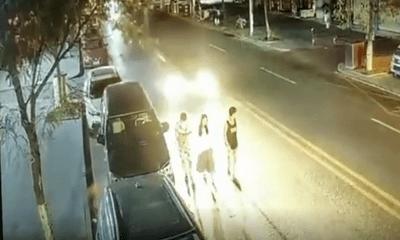 Video: Dàn hàng ba đi bộ dưới lòng đường, nam thanh niên bị ô tô đâm gãy chân