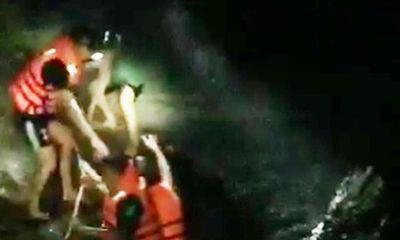 Nghệ An: Giải cứu 4 người mắc kẹt giữa dòng lũ xiết trong đêm